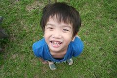 pojke som ser upp Fotografering för Bildbyråer