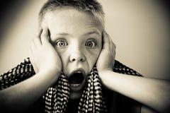 Pojke som ser uppriven och skrämd Arkivfoton