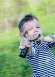 Pojke som siktar den sköt remmen på kameran Arkivfoton