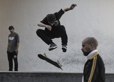 Pojke som skateboarding i Barcelona royaltyfria foton