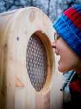 Pojke som skriker in i en träask Arkivbilder