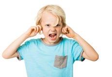 Pojke som skriker och blockerar öron arkivfoton