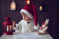 Pojke som skrivar brevet till jultomten Royaltyfria Bilder