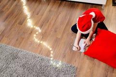 Pojke som skrivar ett brev till Santa Claus Arkivbild