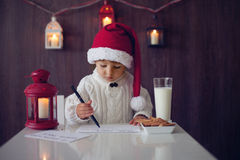 Pojke som skriver till jultomten Royaltyfri Fotografi