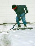 pojke som skyfflar snow Royaltyfri Foto