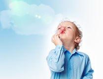 Pojke som slår en bubbla Arkivbilder
