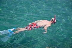 pojke som snorkeling Arkivfoton