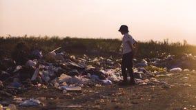 Pojke som sparkar damm i förrådsplats arkivfilmer