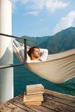 Pojke som speeping på hamaca Royaltyfri Bild