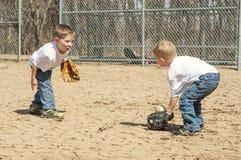 Pojke som spelar baseball Arkivfoto