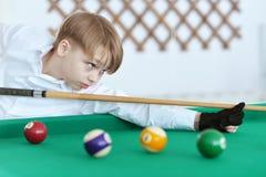 Pojke som spelar biljard Royaltyfri Fotografi