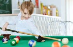 Pojke som spelar biljard Royaltyfri Bild