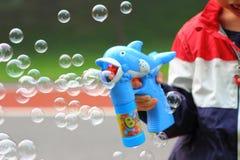 Pojke som spelar bubblan Arkivfoto