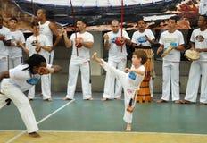 Pojke som spelar capoeira arkivfoton