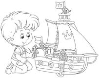 Pojke som spelar ett leksakskepp Royaltyfri Fotografi