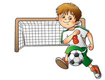 Pojke som spelar fotboll som isoleras på vit Arkivfoto