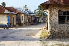 Pojke som spelar i Front Of Their Houses Arkivbild
