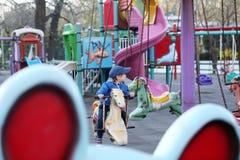 Pojke som spelar i parkera Arkivfoto