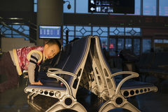 Pojke som spelar i väntande rum Fotografering för Bildbyråer