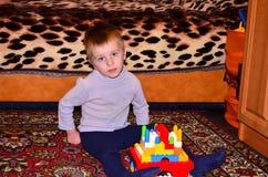 Pojke som spelar konstruktörn Royaltyfri Bild