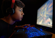 Pojke som spelar lekar på hans bärbar dator Royaltyfria Foton