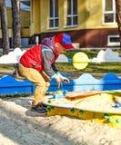 Pojke pojke som spelar, lekplats, glad pojke, lycklig pojke Royaltyfri Foto