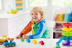 Pojke som spelar leksakbilar Unge med leksaker barn och bil fotografering för bildbyråer