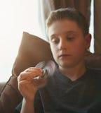 Pojke som spelar med den hemmastadda spinnaren royaltyfri bild