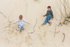 Pojke som spelar med en flicka Royaltyfri Fotografi