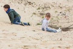 Pojke som spelar med en flicka Royaltyfri Foto