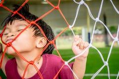 Pojke som spelar med fotbollfotbollmål netto för sport Fotografering för Bildbyråer