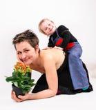 Pojke som spelar med hans moder Arkivbilder