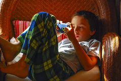 Pojke som spelar med iPod royaltyfri fotografi