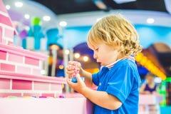 Pojke som spelar med kinetisk sand i förträning Utvecklingen av botmotorbegreppet Modigt begrepp för kreativitet Arkivfoton
