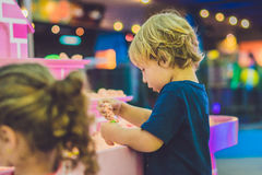 Pojke som spelar med kinetisk sand i förträning Utvecklingen av botmotorbegreppet Modigt begrepp för kreativitet Royaltyfri Fotografi