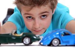 Pojke som spelar med leksakbilar Arkivfoton