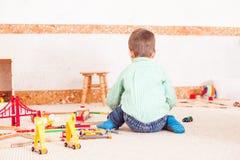 Pojke som spelar med leksakvägen Fotografering för Bildbyråer