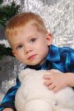 Pojke som spelar med nallebjörnen Arkivfoton