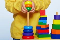 Pojke som spelar med pyramiden Royaltyfria Bilder