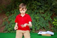 Pojke som spelar med rastlös människaspinnaren Utbildning koncentration, reduc royaltyfri fotografi
