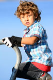 Pojke som spelar modellen Arkivbild