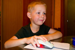 Pojke som spelar på datoren arkivfoto