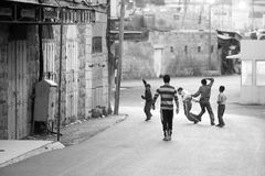 Pojke som spelar på gatan i Palestina Royaltyfri Fotografi