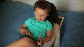 Pojke som spelar på minnestavlan arkivfilmer
