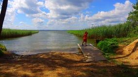 Pojke som spelar på sjökust för grönt gräs lager videofilmer