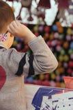 Pojke som spelar pilen Arkivfoton