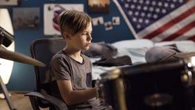 Pojke som spelar valsar i sovrum royaltyfri foto