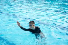 Pojke som spelar vatten arkivbilder