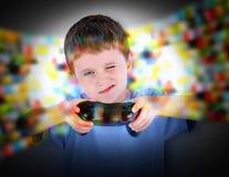 Pojke som spelar videospelkontrollanten Arkivfoton